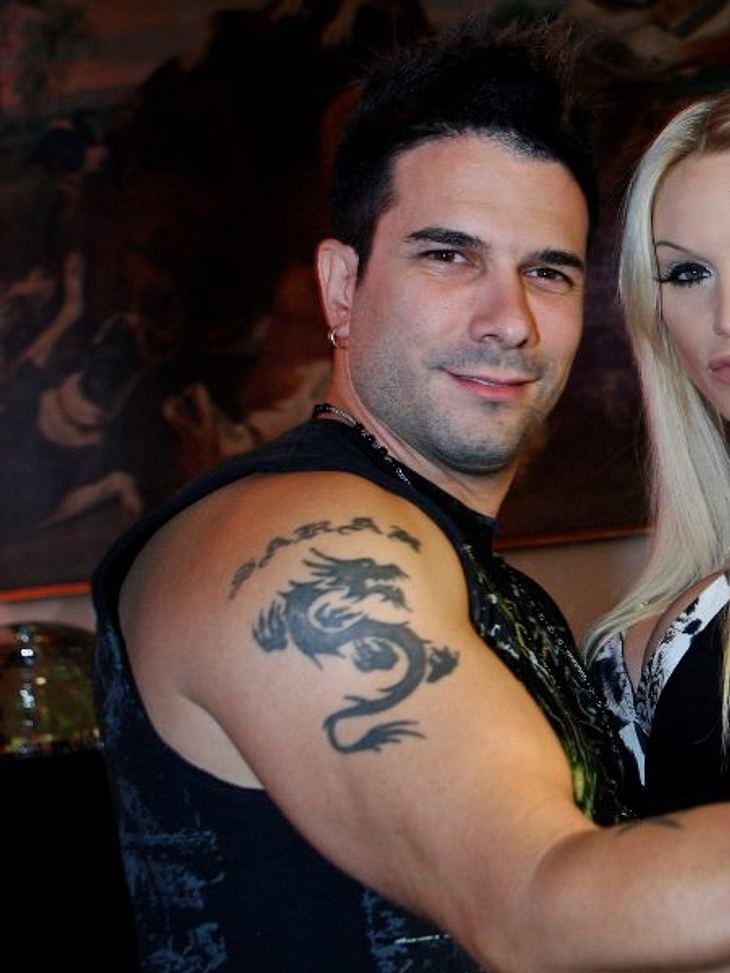 """Die Liebes-Tattoos der StarsDa thront ein dicker, fetter """"Sarah""""-Schriftzug auf dem Oberarm ihres Ex-Ehemanns Marc Terenzi (34). Mittlerweile hat er sich schwarze Rosenranken an diese Stelle tätowieren lassen. Auch seine Ex Sarah"""