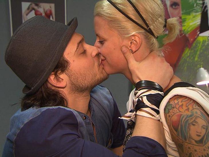 Da ist es endlich passiert! Meike und Marcel küssen sich