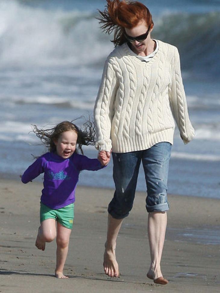 """Stars am StrandAuch """"Desperate Housewives""""-Star Marcia Cross tollt am liebsten draußen mit ihrer Tochter. Sie rennen beide total entspannt am Strand entlang, als würde es die Paparazzi gar nicht geben."""