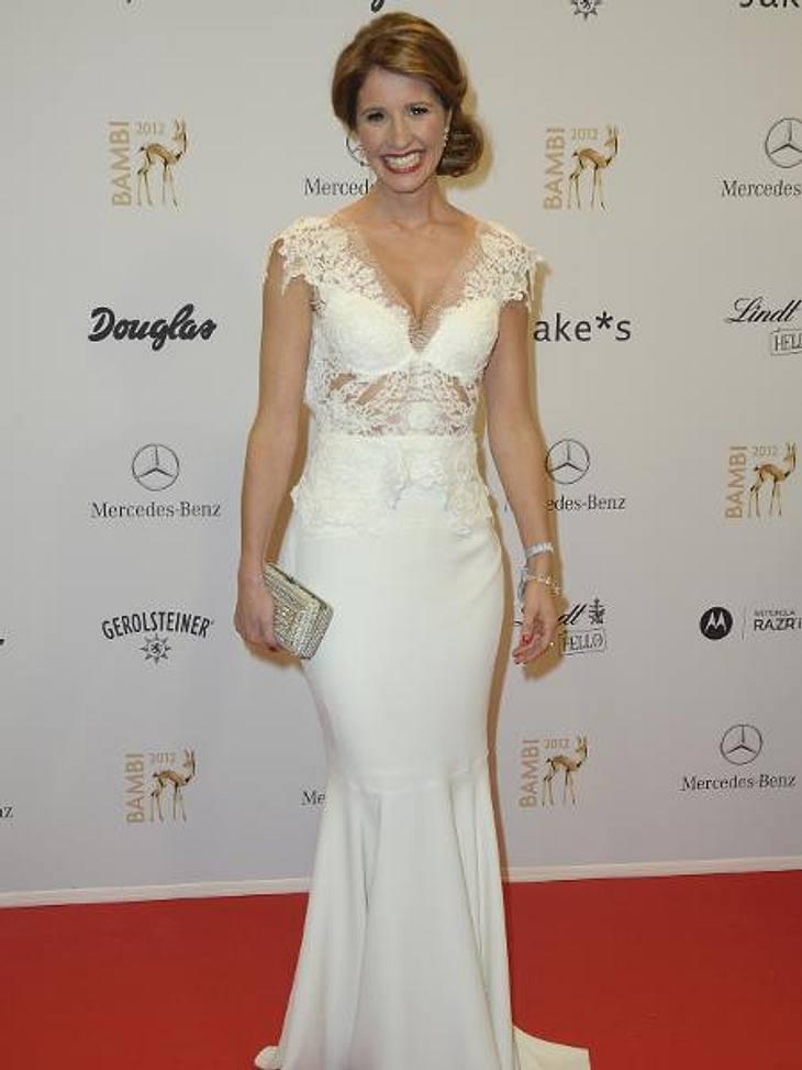 Bambi 2012 - Die Looks der StarsDie weiße Spitzenrobe von Moderatorin Mareile Höppner (35) mutete fast wie ein Brautkleid an.