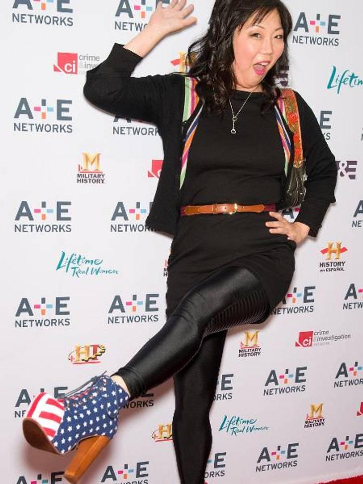 """Die Promis stehen auf Stars and StripesStars and Stripes bis in die Fußspitzen: Der """"Drop Dead Diva""""-Star Margaret Cho (43) präsentiert stolz ihre Jeffrey Campbell-Schuhe."""