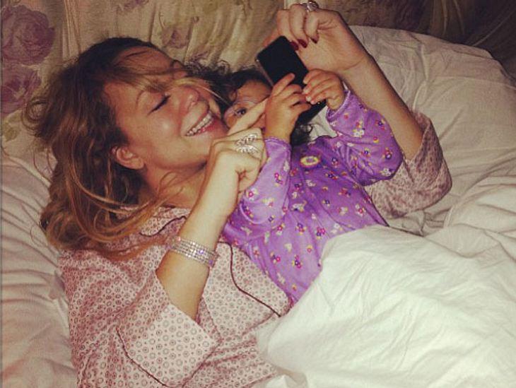 """Ob schon jemand gratuliert hat? Während der Werbepause von """"American Idol"""" checken Mariah Carey und Töchterchen Monroe schnell das Handy - schließlich ist es die erste Sendung, in der die Sängerin in der Jury der Casting-Show sitz"""