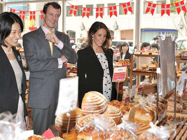 Royals bei der ArbeitAuch leckere Besuche kommen den Royals oft unter: Hier sind Marie und Joachim von Dänemark in der Aoyama Andersen Bakery in Tokio im Rahmen ihres Japan-Besuchs.