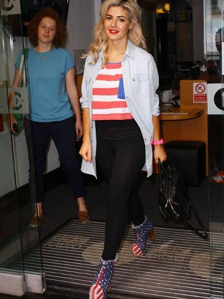 """Die Promis stehen auf Stars and Stripes""""Marina & the Diamonds""""-Star Marina Diamandis (27) ist so begeistert von dem Trend, dass sie sich gleich von Kopf bis Fuß in die amerikanischen Nationalfarben kleidet."""