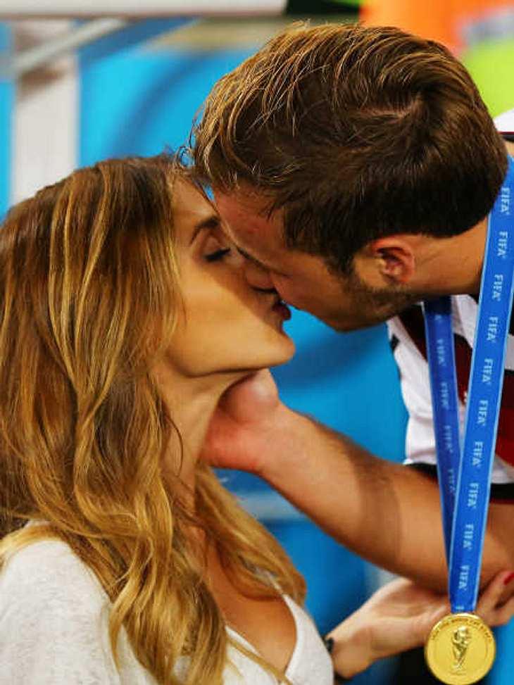 Mario Götze küsste seine Freundin Ann-Kathrin Brömmel.