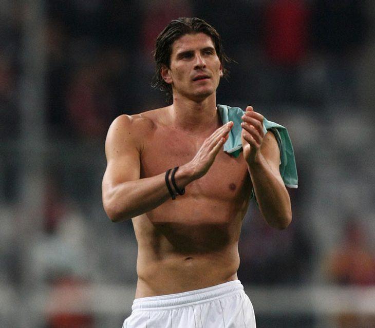 Mario Gomez (Deutschland) ist für FC Bayern München unter Vertrag. Seine Freundin heist Silvia... Fanseite: www.mario-gomez.de