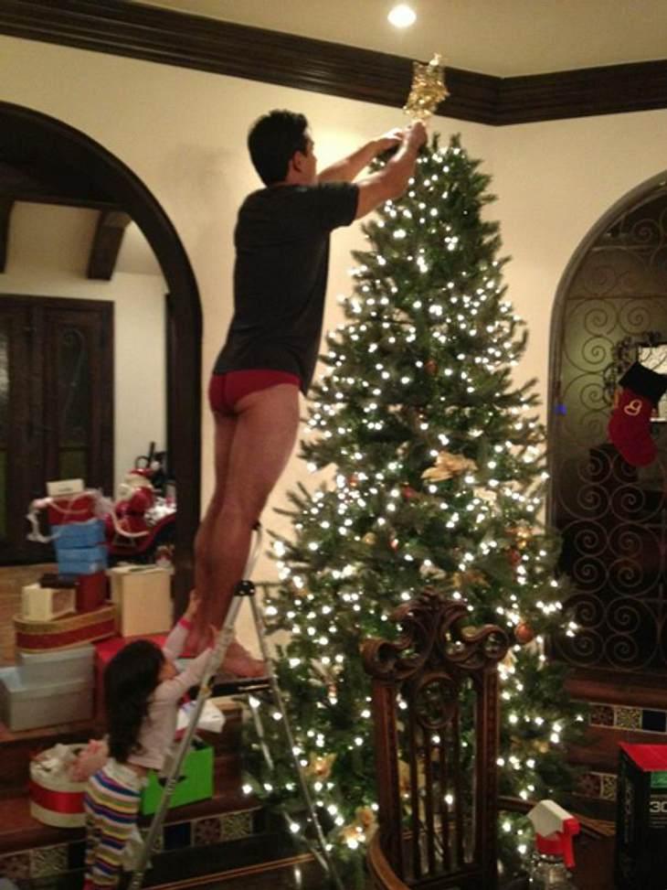 Ho Ho Ho - Stars im WeihnachtsfieberMario Lopez (39) gibt wirklich alles, wenn es um das Schmücken des Weihnachtsbaumes geht. Selbst seine Hose. Lobenswert.