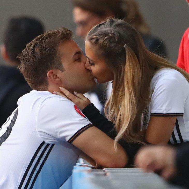 Mario Götze gibt seiner Ann-Kathrin Brömmel einen langen Kuss