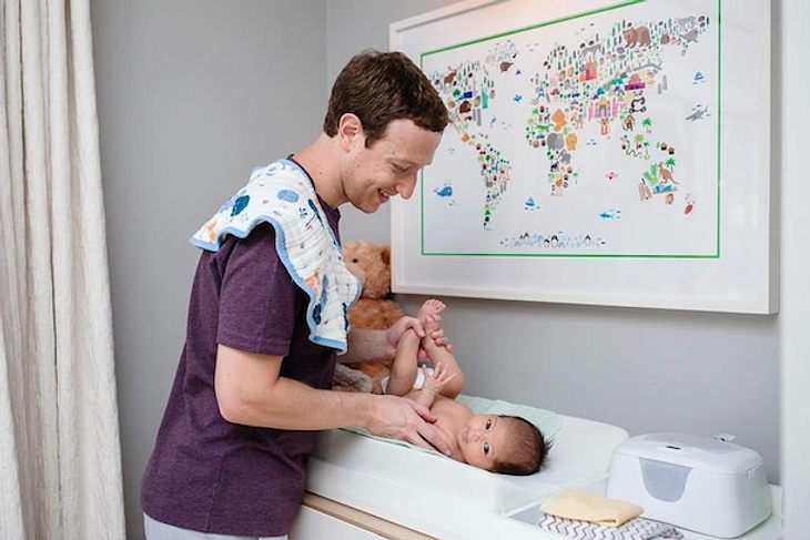 Mark Zuckerberg wechselt die Windeln von Baby Max