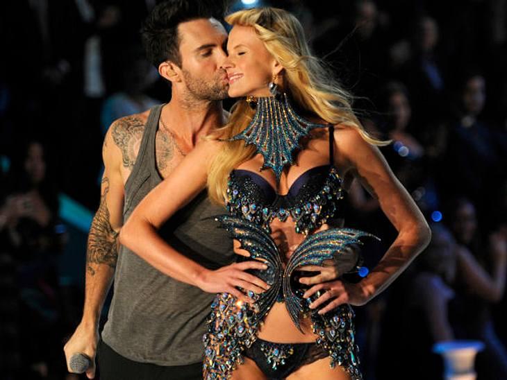"""Stars beim Knutschen""""Maroon 5""""-Sänger Adam Levine (32) ist besonders stolz ein """"Victoria's Secret""""-Model zur Freundin zu haben und zeigt allen, dass sie nur zu ihm gehört."""