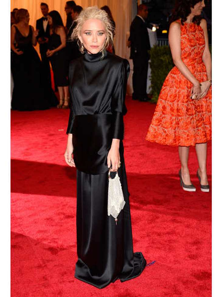 Met-Gala 2012: Die spektakulärsten Kleider des AbendsGruseliger Beerdigungs-Look und Struwwelpeter-Frisur: Was hat sich Designerin Mary-Kate Olsen (25, hier in einer Eigenkreation) nur bei diesem Outfit gedacht?