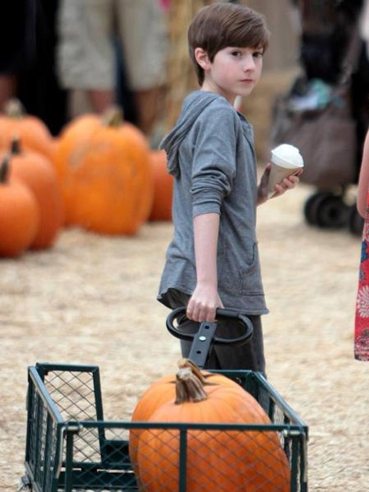 """Happy Halloween! Stars im Kürbis-FieberErfolgreiche Ausbeute: Kinderstar Mason Cook (12, """"Desperate Housewives"""") zieht mit Eis und Riesen-Kürbissen von dannen."""