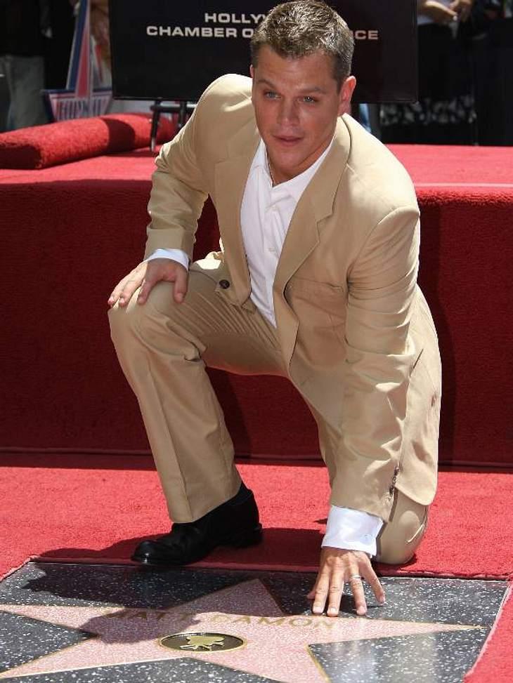 Walk of Fame: Die Sternstunde der Stars,Die Standard-Geste für den Stern - einmal kurz abfassen. Auch Matt Damon ist seit 2007 auf dem Walk of Fame vertreten.