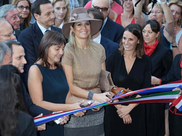 Royals bei der ArbeitDie typische Geste eines Royals - Bändchen zerschneiden! Maxima eröffnet hier die Mondrian Ausstellung in Rom.