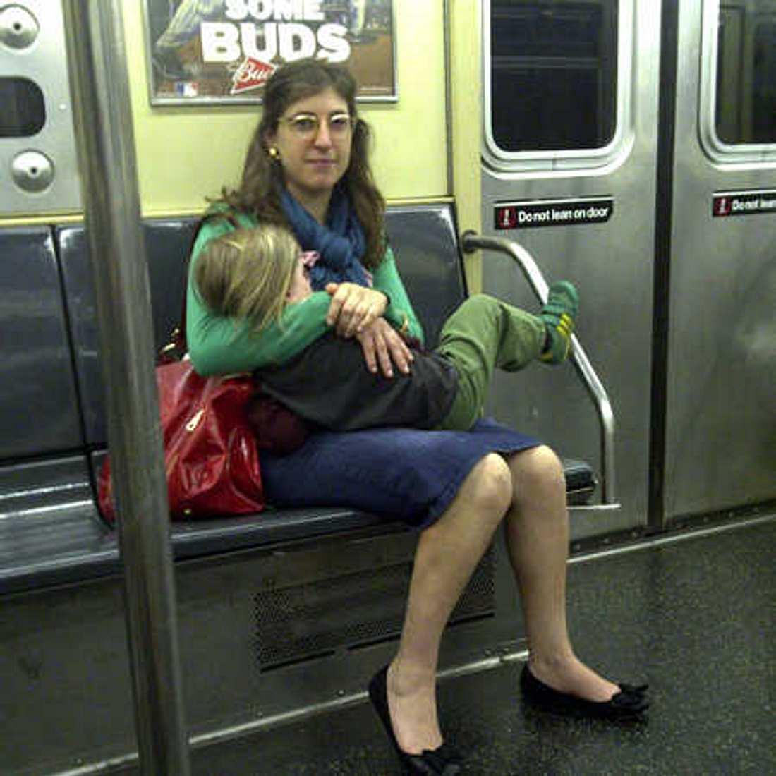 Mayim Bialik stillt ihren Sohn in der U-Bahn