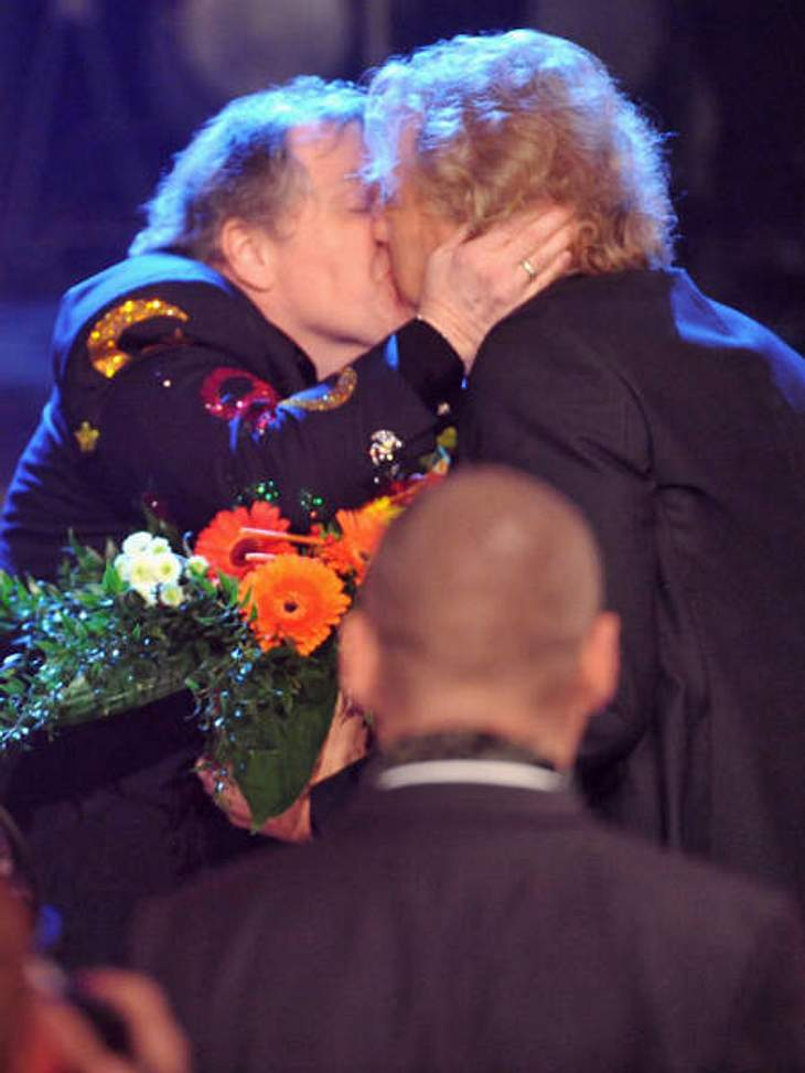 """Stars beim KnutschenWahre Liebe gibt es bekanntlich nur unter Männern: Deshalb gibt es einen besonders dicken Kuss von """"Meat Loaf"""" (64) an Thomas Gottschalk (61)."""