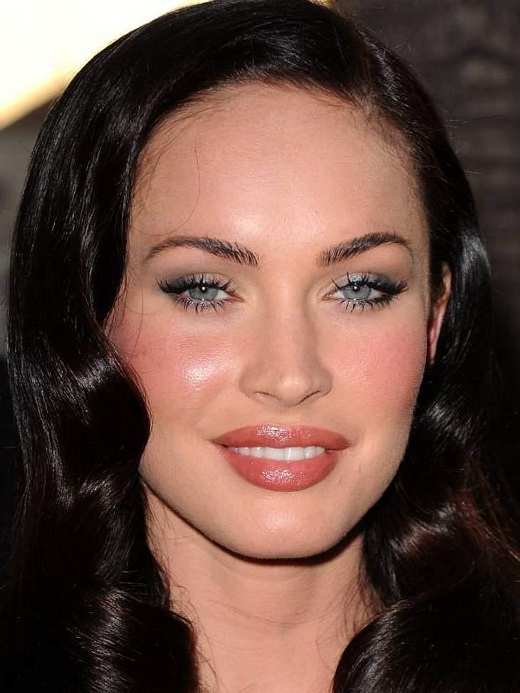 Stars im Beauty-Wahn Megan Fox ist knapp Mitte Zwanzig und ist gemacht wie eine ganz Große. Botox, aufgespritzte Lippen, Silikonimplantate und dazu betreibt sie auch noch einen enormen Körper-Wahn mit viel Sport und wenig Essen.