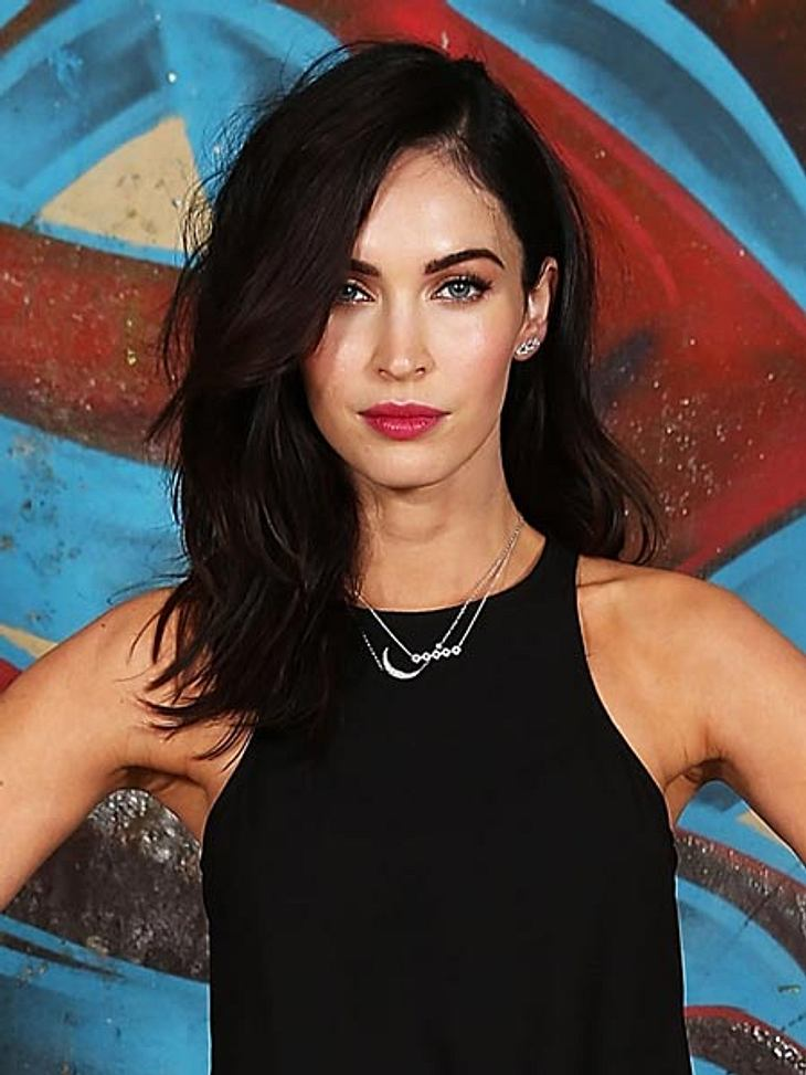 "Megan Fox am Set von ""Teenage Mutant Ninja Turtles"" mit rotbraunen Haaren."