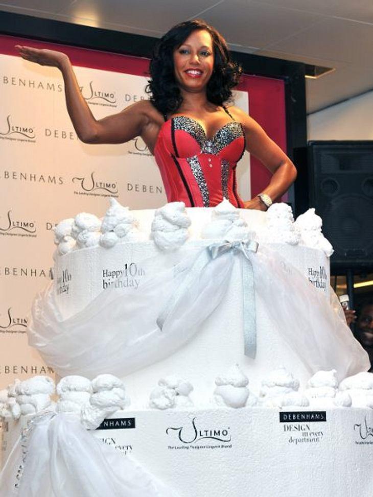 Stars ♥ Torte!Eine Torte einfach nur zu bekommen, ist Mel B. (36) zu schnöde. Sie springt lieber aus einem überdimensionalen Exemplar heraus.