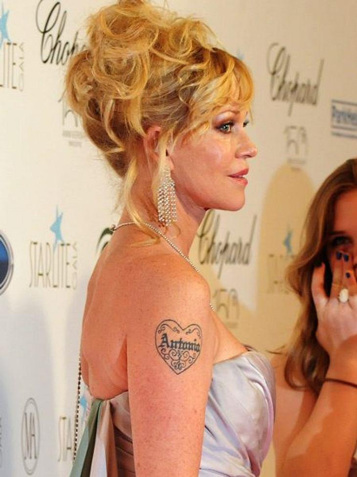 """Die Liebes-Tattoos der StarsSeit Jahrzehnten führt auch Melanie Griffith (55) ihr Liebes-Tattoo Gassi. """"Antonio"""" - für ihren Ehemann Antonio Banderas (52)."""