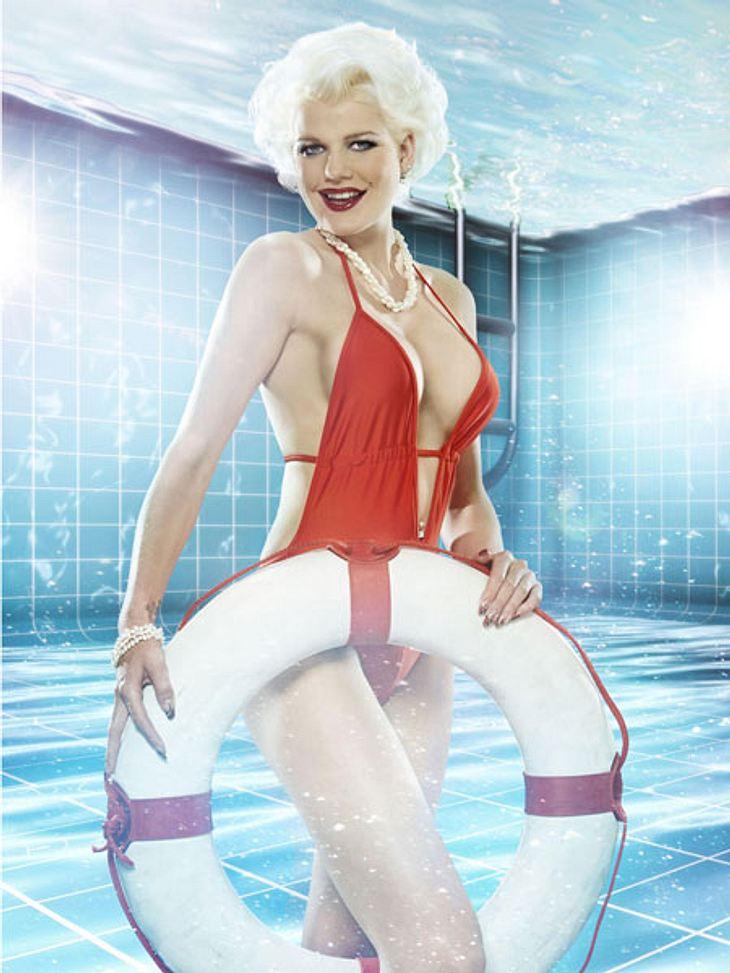 """Pool Champions: So heiß sind die Fotos der Promis!Tiefer hätte der Ausschnitt ihres knallroten Badeanzugs wirklich nicht sein dürfen. """"Bachelor""""-Kandidatin Melanie Müller (24) geizt - wie immer - nicht mit ihren Reizen."""