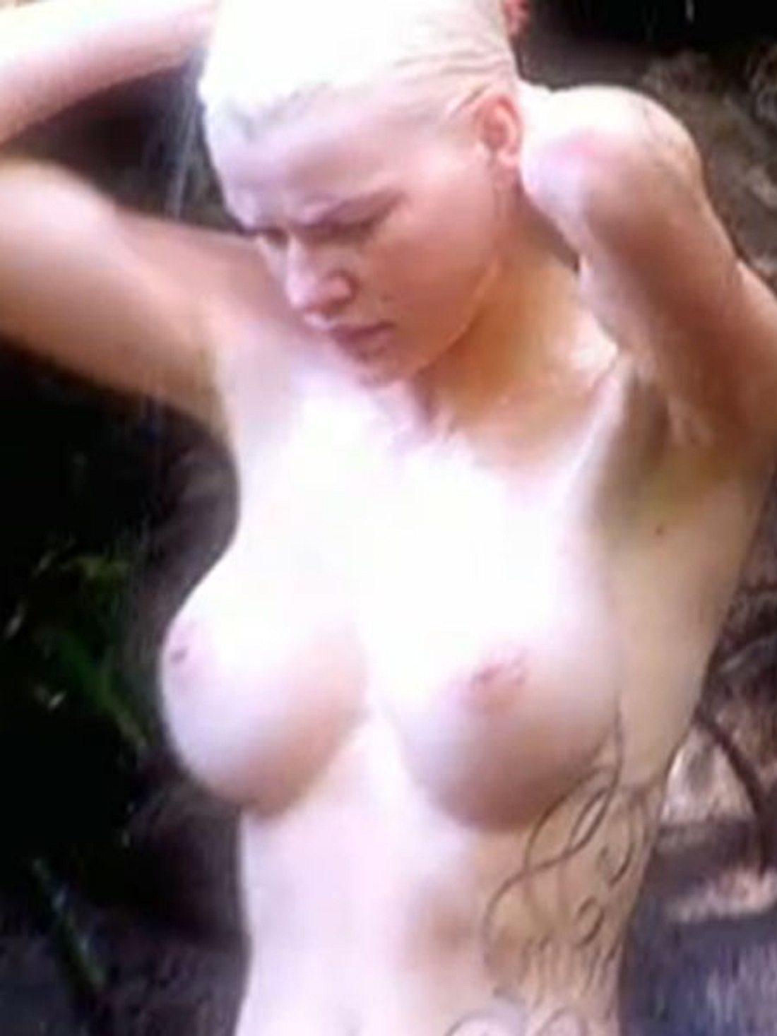 Melanie Müller nackt unter der Dusch