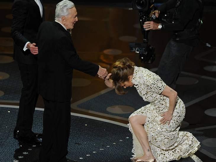 Oscar-Verleihung 2011: And the oscar goes to ...Eine tief Verbeugung für Kirk Douglas von der besten Nebendarstellerin  Melissa Leo.
