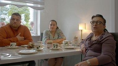 Menowin Fröhlich, Mama Silvia, Tante Kerscha - Foto: TVNOW / filmpool