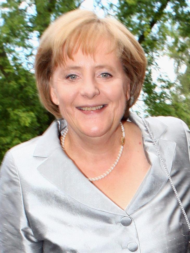 """Die fiesesten Läster-Attacken von Karl LagerfeldNoch nicht mal die Kanzlerin bleibt vor Lagerfelds Verbal-Klatsche verschont. Sie sei """"ja auch ein bisschen korpulent """", beurteilte er Angela Merkels (58) Look. Seine Stil-Kritik: &q"""