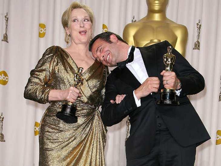 Ungewollt komisch...Oscar-Gewinner Jean Dujardin ist ganz verzückt von seinem Preis und kommt Meryl Streep etwas zu nah.