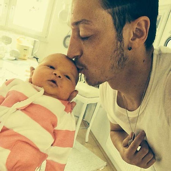 Mesut Özil mit Baby Mira