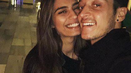 Mesut Özil ist sooo verliebt - Foto: Instagram/@m10_official