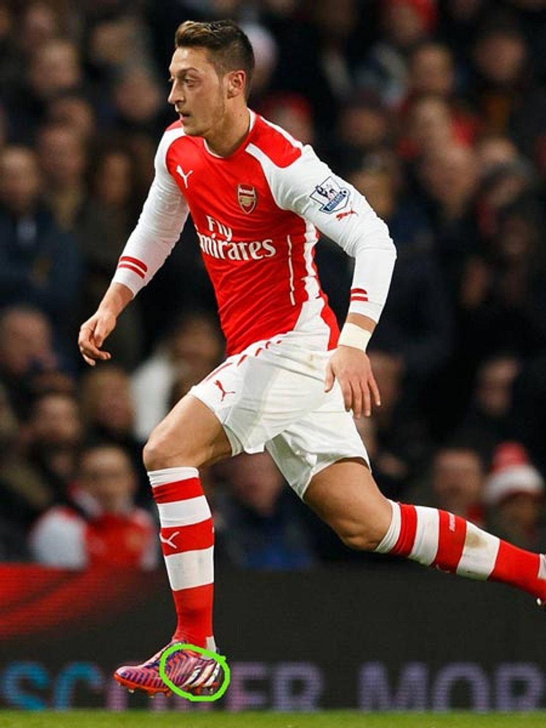 Mesut Özil trägt den Namen Grace auf seinen Schuhen