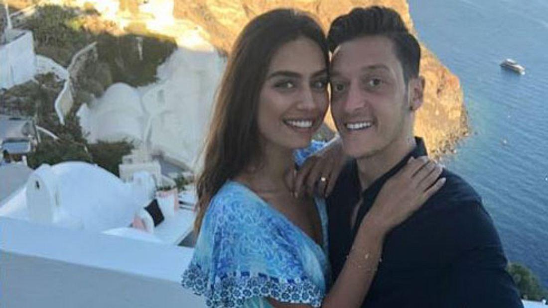 Mesut Özil: Verlobung mit Freundin Amine Gülşe?