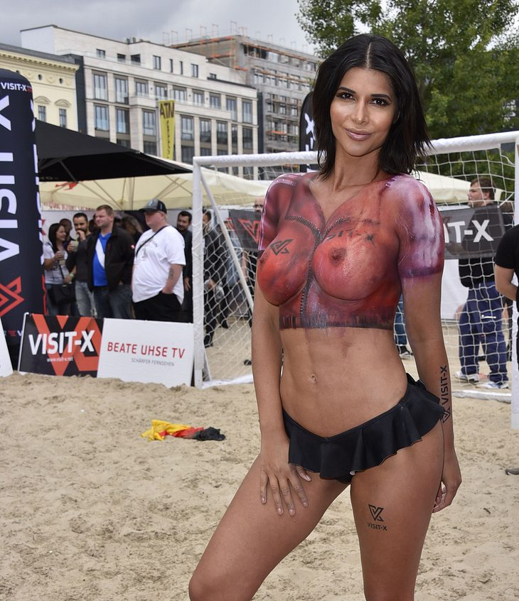 Transparentes Trikot: Micaela Schäfer im Body-Painting Look