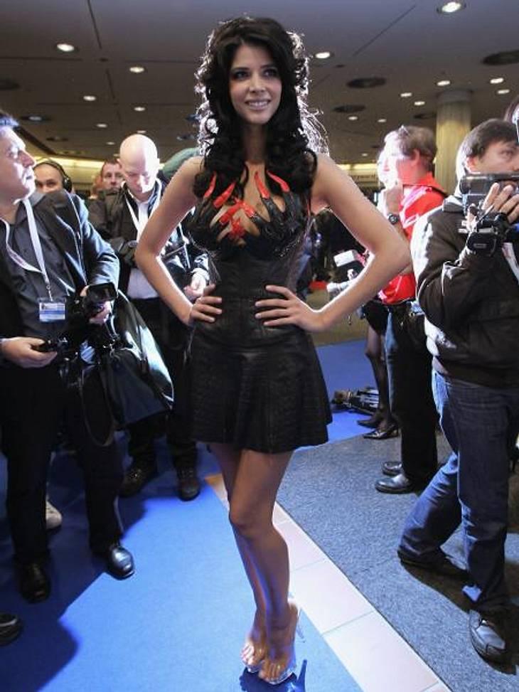 """Die besten Bilder von Micaela Schäfers Nackt-ParadeBei dieser Kreation ist der Busengrapscher gleich eingebaut: Auf der """"Venus""""-Messe in Berlin posierte Micaela im Klauen-Kleid."""