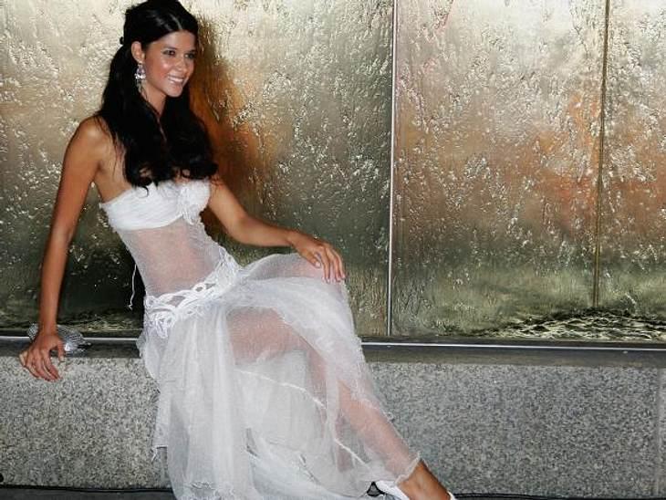 """Die besten Bilder von Micaela Schäfers Nackt-ParadeEs geht auch anders: Auf der """"Music Meets Media""""-Party 2006 zeigte Micaela auch schon gerne, was sie hat. Allerdings wirkt sie in diesem weißen Tüll-Dress fast schon unschuldig..."""
