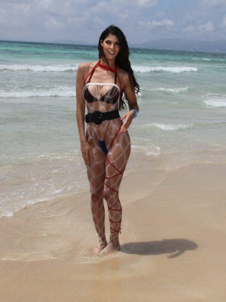"""Die besten Bilder von Micaela Schäfers Nackt-ParadeMicaela will jetzt auch den Ballermann erobern. Ob's für """"La Mica"""" mit der Karriere als DJane klappen wird, ist noch ungewiss. Die heißen Bikini-Posen am Strand sitzen auf jeden F"""