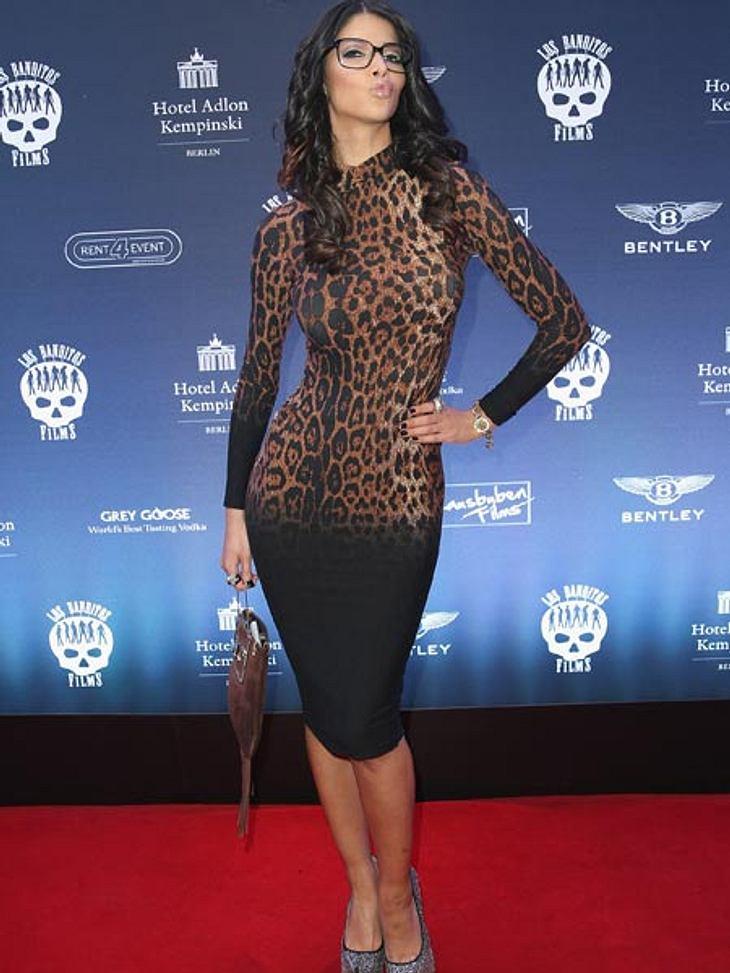 """Go wild! Im Leoprint-Kleid und mit Brille versucht die ehemalige """"Miss Maxim"""" sich mal am """"seriösen"""" Look."""