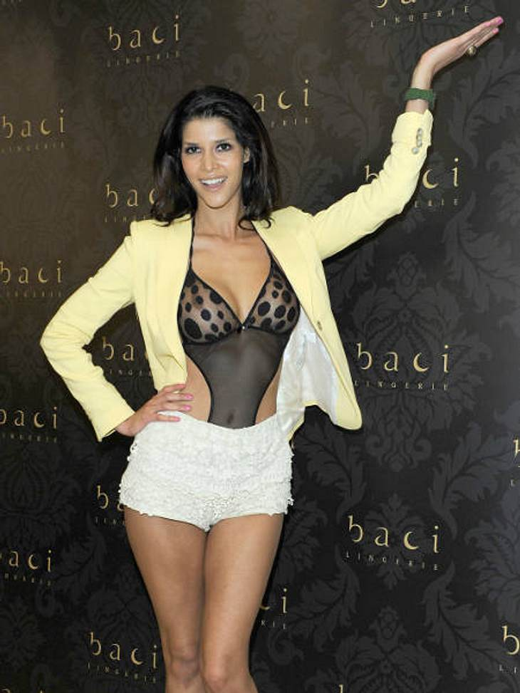 Die besten Bilder von Micaela Schäfers Nackt-ParadeFast züchtig verhüllt im gelben Blazer erschien Micaela im Februar bei einer Shop-Eröffnung.