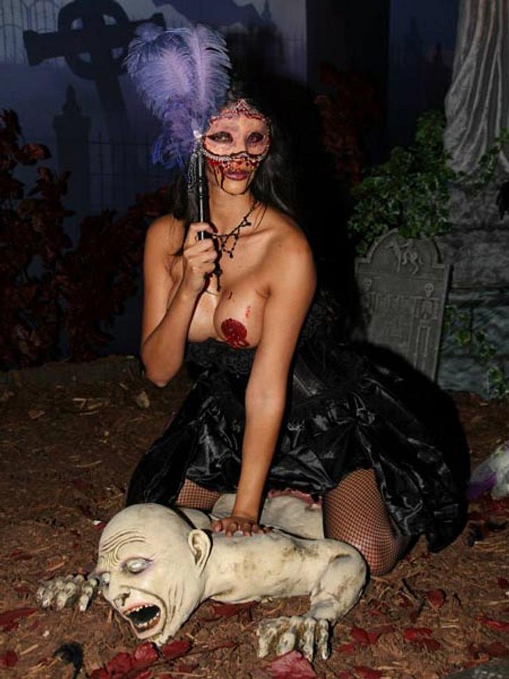 Micaela Schäfer zeigt ihr freizügiges Halloween-Kostüm