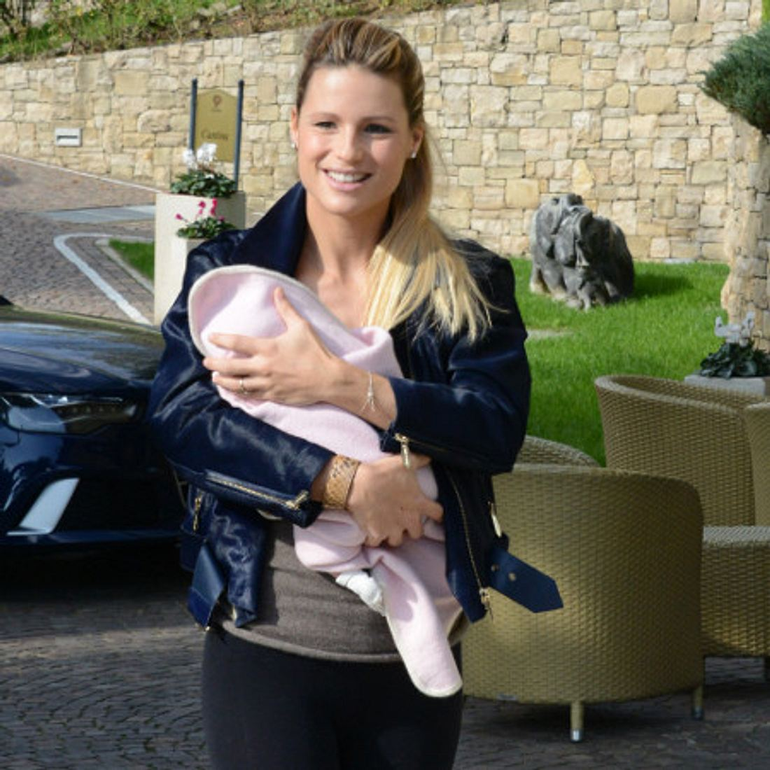 Michelle Hunziker trägt Baby Sole.