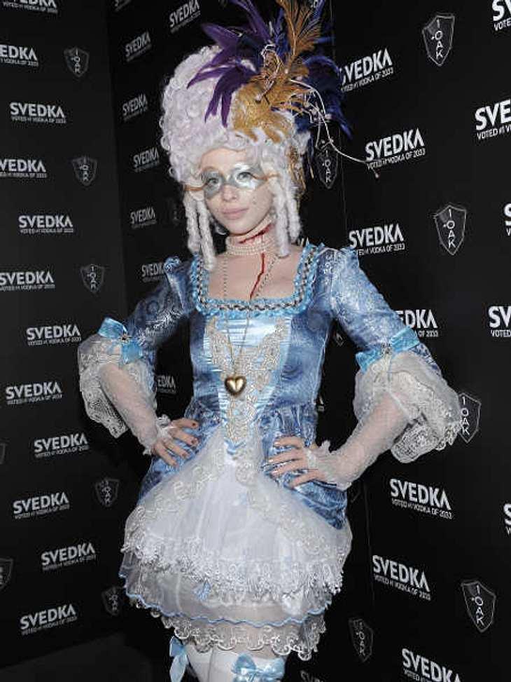 So feiern die Stars HalloweenMichelle Trachtenberg ging als Marie Antoinette. Hoffentlich wurde ihr die Perücke nicht zu schwer irgendwann.