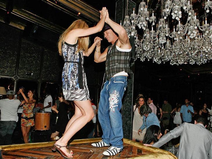 Tische sind nicht zum Tanzen da? Äh, doch! Zumindest, wenn man Mickey Rourke heißt und an dem Abend schon kräftig gepichelt hat.