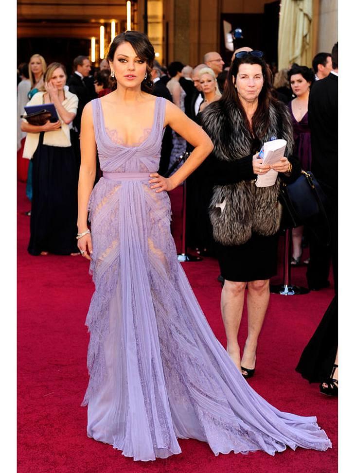 """Oscar-Verleihung 2011: Mila Kunis (""""Black Swan"""") in einem sehr offenherzigen Kleid."""