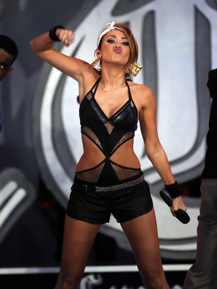 Vom Girlie zum Punk Chick: Der Look von Miley CyrusJuni 2010: Hot! Aufreizendes Outfit, schweres Make-up - Miley beweist, das sie kein kleines Mädchen mehr ist.