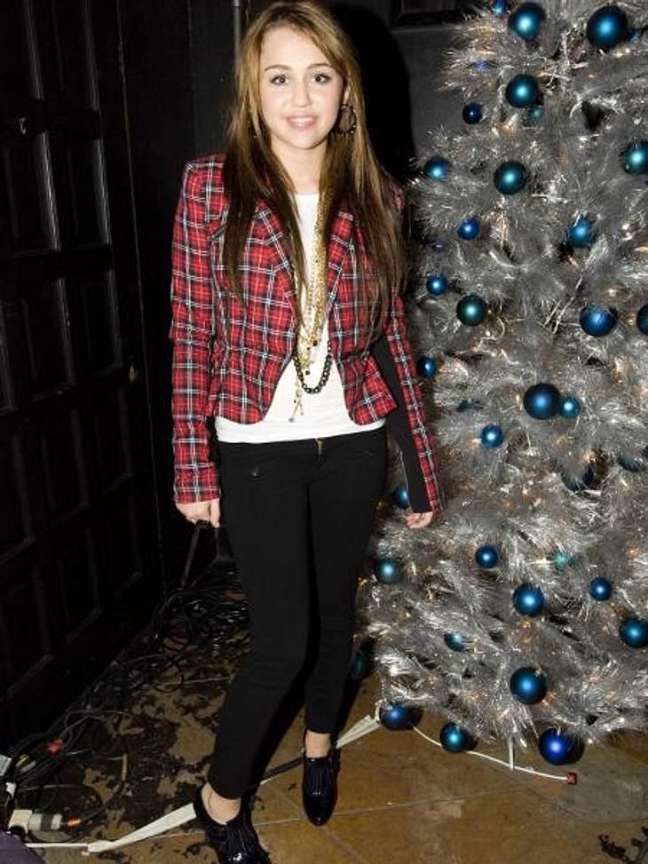 Vom Girlie zum Punk Chick: Der Look von Miley CyrusNovember 2008: Zu einer Filmpremiere erscheint Miley ganz brav im Karo-Blazer.
