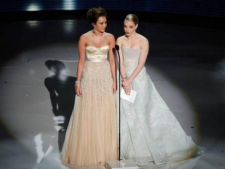 In einem Traumkleid von Jenny Packham erschien Miley Cyrus bei der Oscarverleihung 2010. Hier hält sie zusammen mit Amanda Seyfried eine Laudatio.