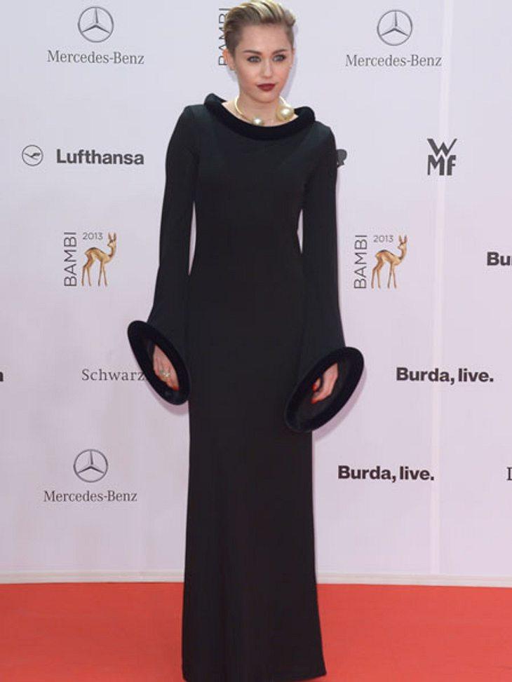 Miley Cyrus im ungewohnt züchtigen Kleid