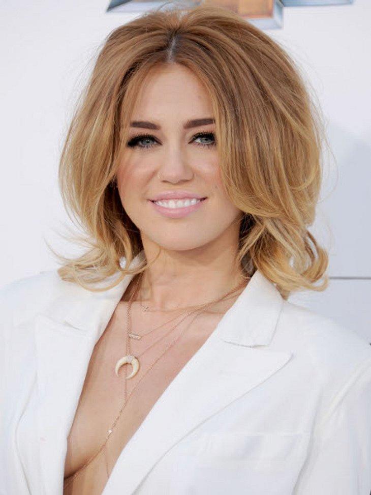 Die missglückten Frisuren der StarsUmso unerklärlicher ist deshalb dieser Haar-Fauxpas. Kürzlich erschien Miley mit dieser Föhnwelle auf dem roten Teppich und wirkte damit auf einen Schlag 20 Jahre älter. Nicht zur Nachahmung empfohlen!